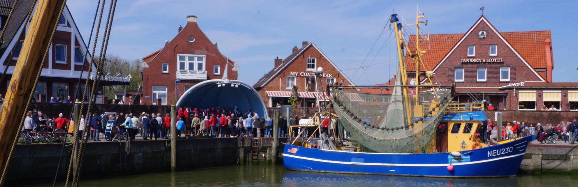Shanty-Chor im Hafen Neuharlingersiel