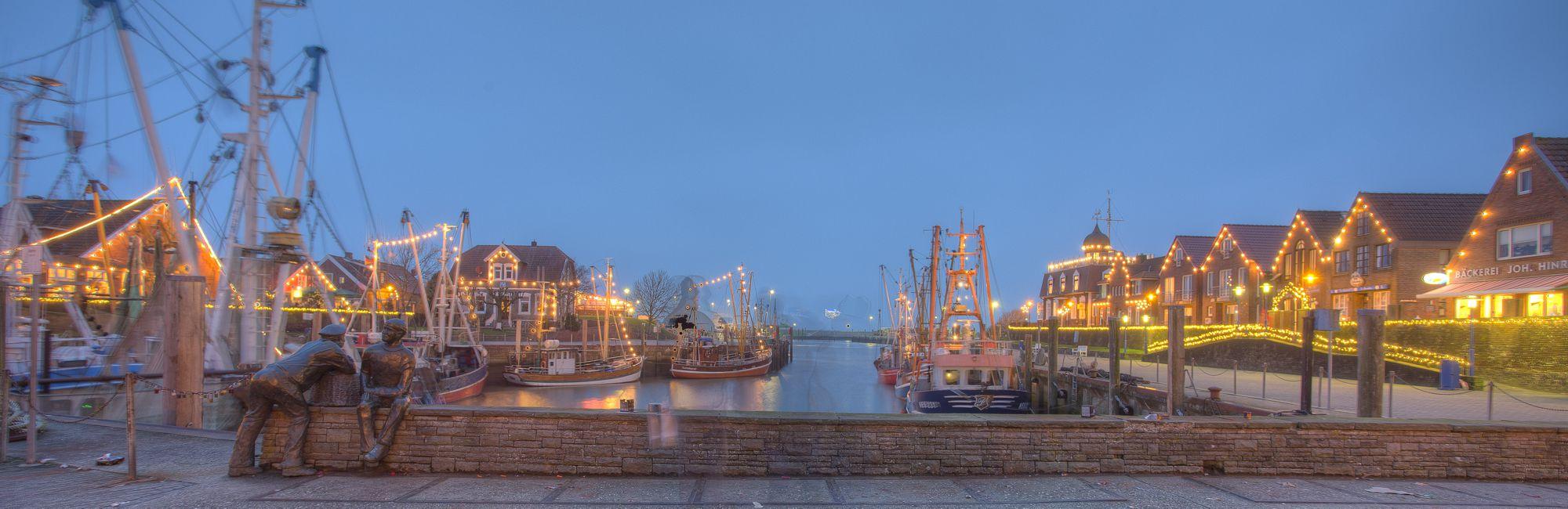 Weihnachten an der Nordsee in Neuharlingersiel - Kutterhafen mit Weihnachtsbeleuchtung