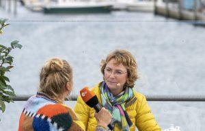 ZDF-Fernsehgarten on Tour Neuharlingersiel - 06.10.2019 - Kiwi und Celia Hübl, die Leiterin des Bünting-Teemuseums - Foto: ZDF/Sascha Baumann