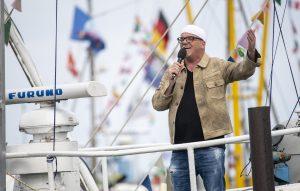 ZDF-Fernsehgarten on Tour in Neuharlingersiel - 13.10.2019 - DJ Ötzi sang auf dem Kutter Seestern seinen Hit 'Ein Stern' - Foto: ZDF/Sascha Baumann