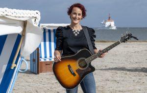 ZDF-Fernsehgarten on Tour in Neuharlingersiel - 13.10.2019 - Diane Weigmann singt am wunderschönen Strand von Neuharlingersiel - Foto: ZDF/Sascha Baumann