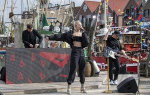 ZDF-Fernsehgarten on Tour in Neuharlingersiel - 13.10.2019 -Glasperlenspiel, die Elektropop-Gruppe begeistert mit zwei Auftritten - Foto: ZDF/Sascha Baumann