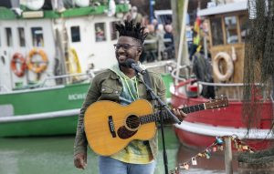 ZDF-Fernsehgarten on Tour Neuharlingersiel - 06.10.2019 - Singer-Songwriter 'Kelvin Jones' - Foto: ZDF/Sascha Baumann