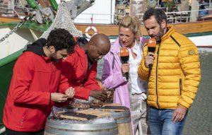 ZDF-Fernsehgarten on Tour in Neuharlingersiel - 13.10.2019 - Krabbenpulen gehört auch zur Prüfung für das Ostfriesen-Abitur - Foto: ZDF/Sascha Baumann