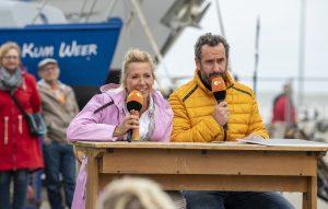 ZDF-Fernsehgarten on Tour in Neuharlingersiel - 13.10.2019 - Elmar Paulke und Kiwi nehmen den theoretischen Teil der Prüfung zum Ostfriesen-Abitur vor - Foto: ZDF/Sascha Baumann