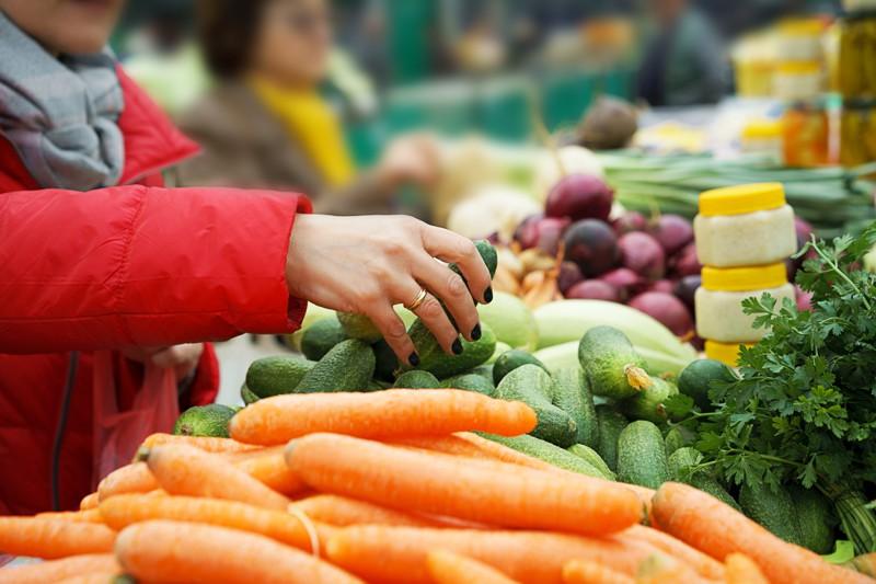 Wochenmarkt in Neuharlingersiel am historischen Kutterhafen