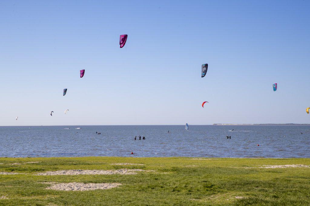 Direkt am Strand von Neuharlingersiel befindet sich die Kite- und Surfstation Windloop