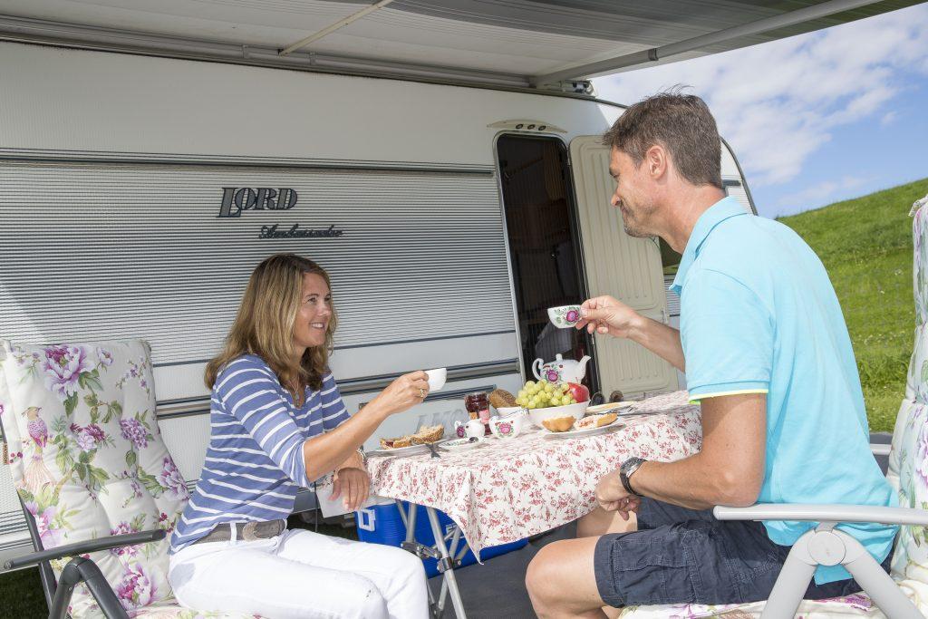 Unser ganzjährig geöffneter Nordsee-Campingplatz mit 1.100 Stellplätzen für Wohnwagen und Reisemobile sowie 300 Zeltplätzen liegt an der ostfriesischen Nordseeküste direkt hinter dem Deich am UNESCO-Weltnaturerbe Wattenmeer.