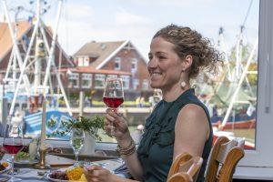 Die Restaurants am Hafen bieten regionale Speisen und natürlich frischen Fisch an