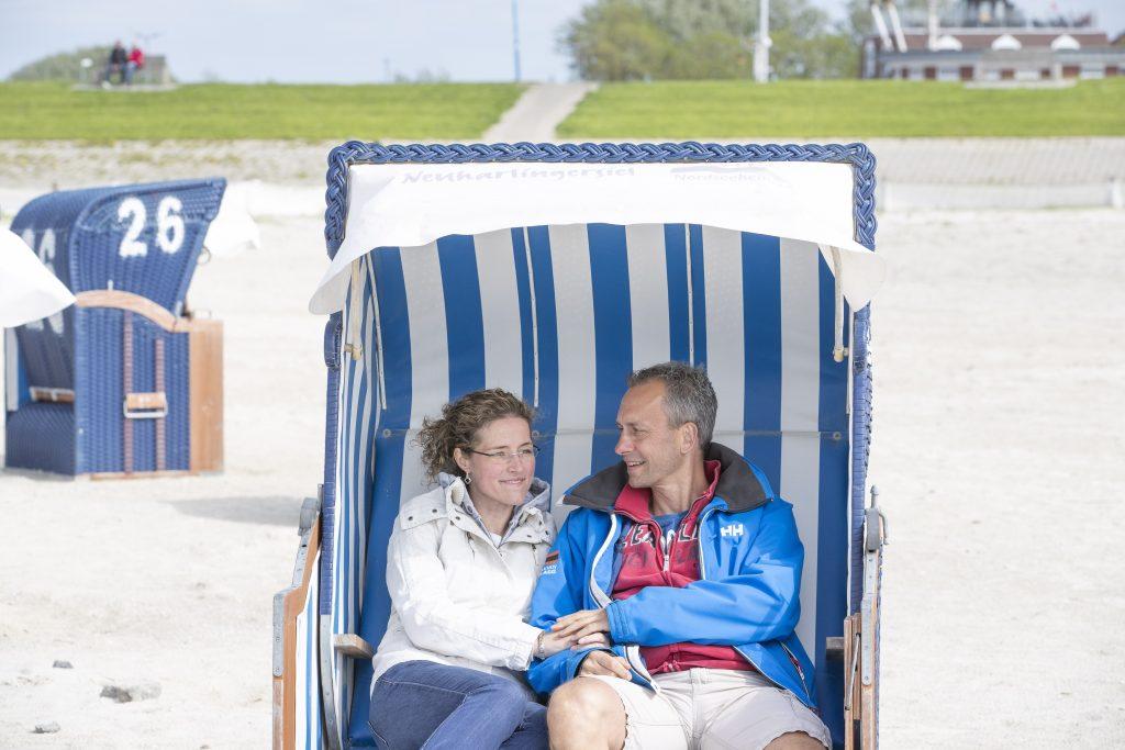 Neuharlingersiels Meer bietet eben mehr. Der 10 Hektar große Nordsee-Strand hat einen Sand (7 ha)- sowie einen Grünabschnitt (3 ha) mit insgesamt 600 Strandkörben.