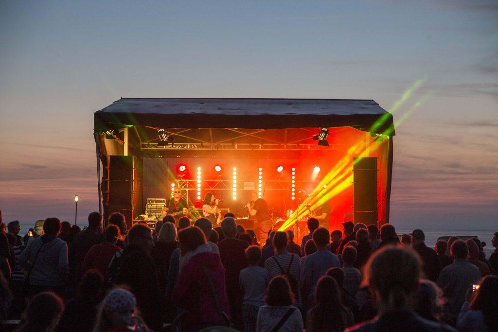 Bei den Strandfeten in Neuharlingersiel genießen Sie die Live Musik und den Blick auf die Nordsee