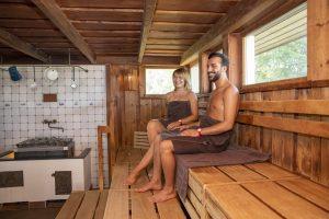 Die ca. 90 °C heiße Strandhallen-Sauna reflektiert in ihrer Gestaltung die lange Tradition der Strandhalle als Bewirtungs und Aufenthaltseinrichtung für Strandgäste. So wurde für den Boden eine Fliese in Altholzstruktur gewählt, um die ausgewaschene Strandholzoptik darzustellen.