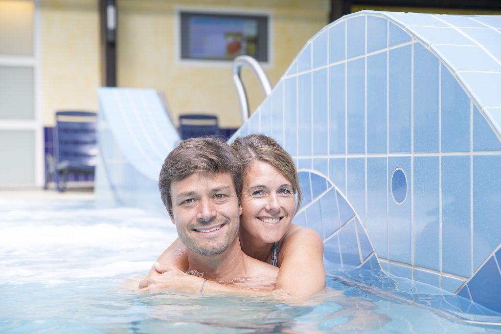 Unser Meerwasser-Hallenbad bietet Ihnen ein Schwimmbecken mit Schwimmer- und Nichtschwimmerbereich, Schwall-Düsen und eine Schwimm-Autobahn (Beckengröße: 25 x 12,5 Meter, Wassertemperatur: 30°C), ein Baby-Becken (Beckengröße: 4 x 3 Meter, Wassertemperatur 33°C) sowie Dampf-Bäder (45°C), einen Ruhebereiche mit Liegen, Solarien und ein Bistro.