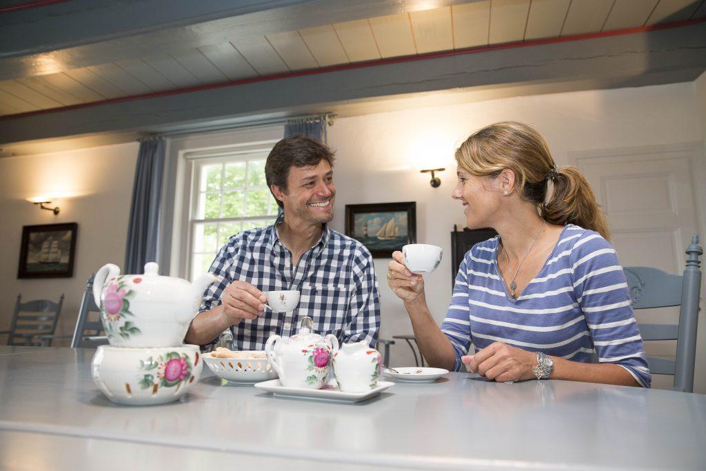 Das Teetrinken gehört zu den Lieblingsbeschäftigungen der Ostfriesen. Zu keiner Jahreszeit verzichtet man an der Küste auf eine schöne Tasse Tee.
