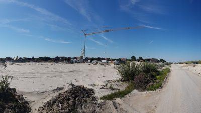 Baukran für den Neubau des Sanitärgebäudes als Gulfhof