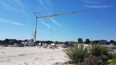 Kran für den Neubau des Sanitärgebäudes als Gulfhof