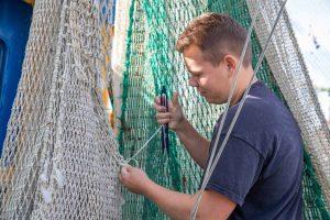 Thilo Reich beim Flicken der Netze