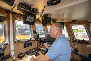 Kapitän und Krabbenfischer Uwe Abken auf der Brücke des Kutters Polaris