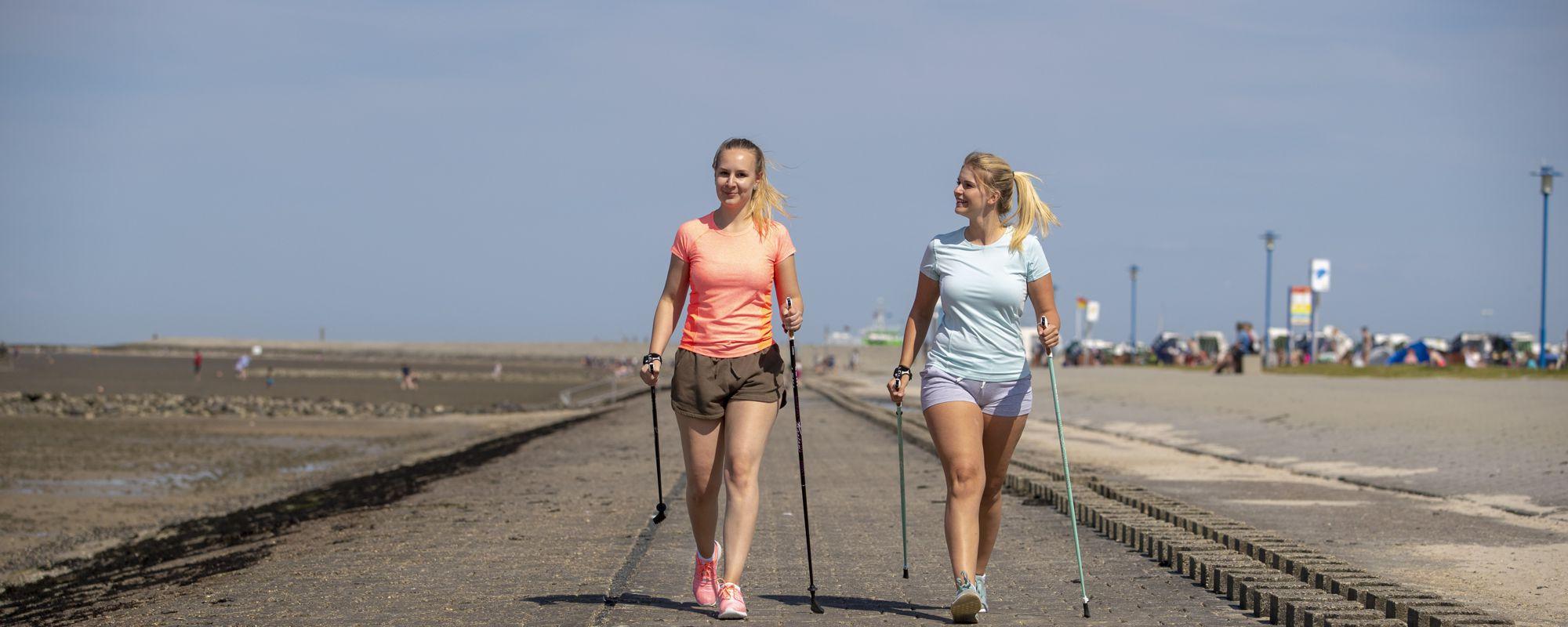 Aktiv draußen - Nordic Walking am Strand