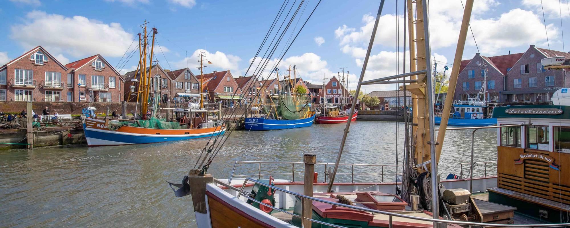 Ansicht vom malerischen Kutterhafen in Neuharlingersiel