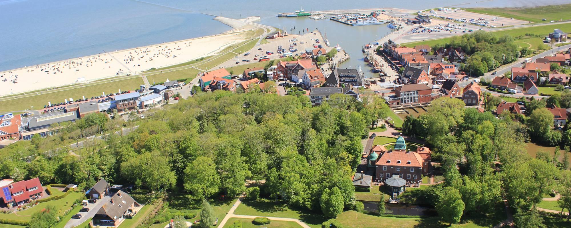 Neuharlingersiel Luftaufnahme mit Sielhof und Kutterhafen